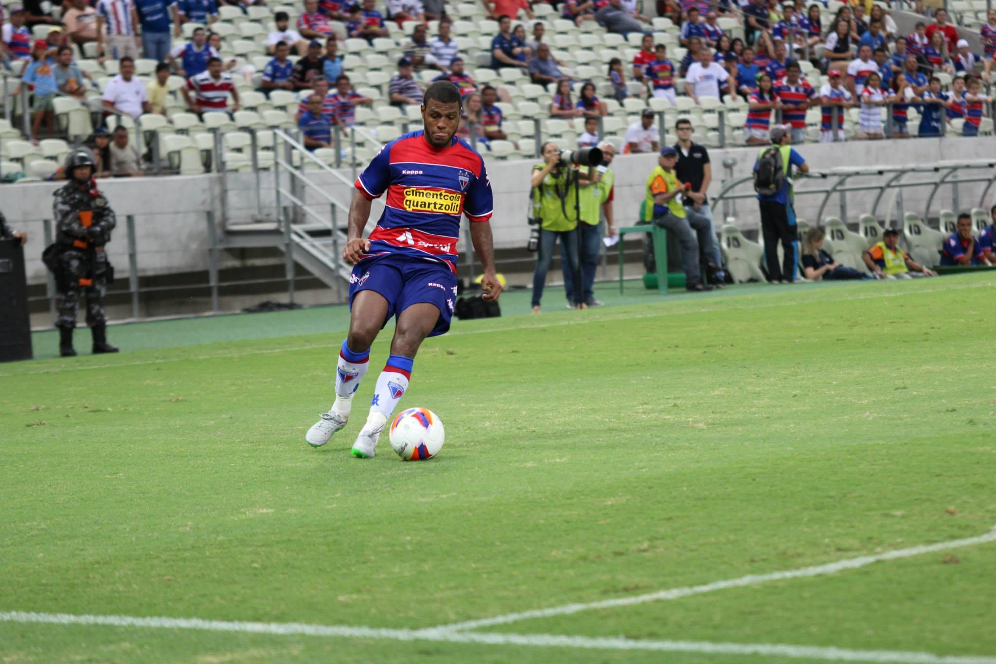 Auremir mais uma vez foi titular no meio-campo do Fortaleza (Foto: Nodge Nogueira)