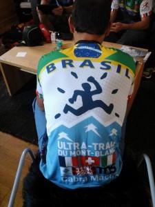 Plauto ganhou uma camisa personalizada dos amigos brasileiros que participaram da prova (Foto: arquivo pessoal)