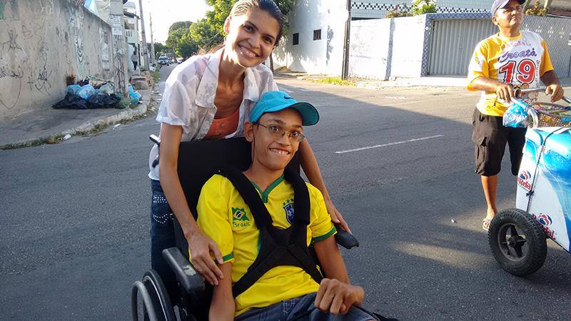 Mãe leva filho com paralisia cerebral para treino da Seleção Brasileira (FOTO: Hayanne Narlla/ Tribuna do Ceará)
