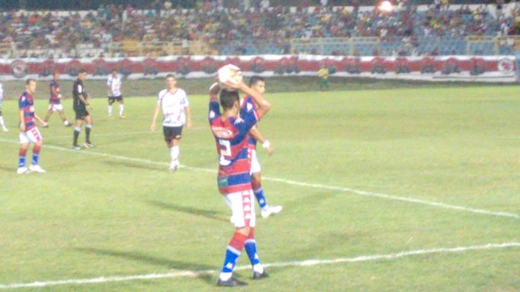 O lateral direito Felipe foi o jogador responsável pelo passe para o segundo gol do Leão (Foto: Walber Freitas)
