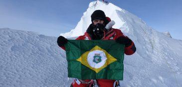 Rosier com a bandeira do estado do Ceará chegando ao topo do Everest (FOTO: Divulgação)