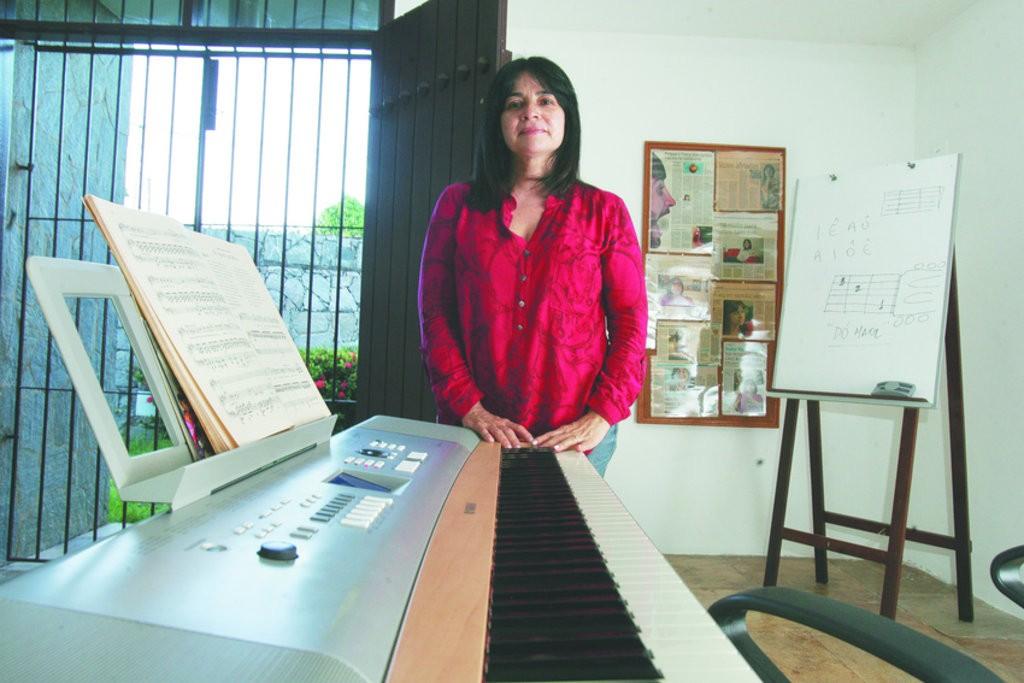 Maninha Motta foi aprendiz de grandes mestres da música e hoje compartilha sua bagagem com os alunos da escola de canto que leva seu nome (FOTO: Reprodução/Kiko Silva)