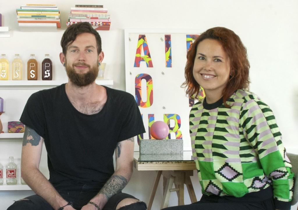 A designer cearense Livia Lima e o marido Thor Berquist possuem uma empresa de refrigerantes artesanais e irão abrir um bar da fábrica, com conceito desenvolvido por ela (FOTO: Arquivo Pessoal)