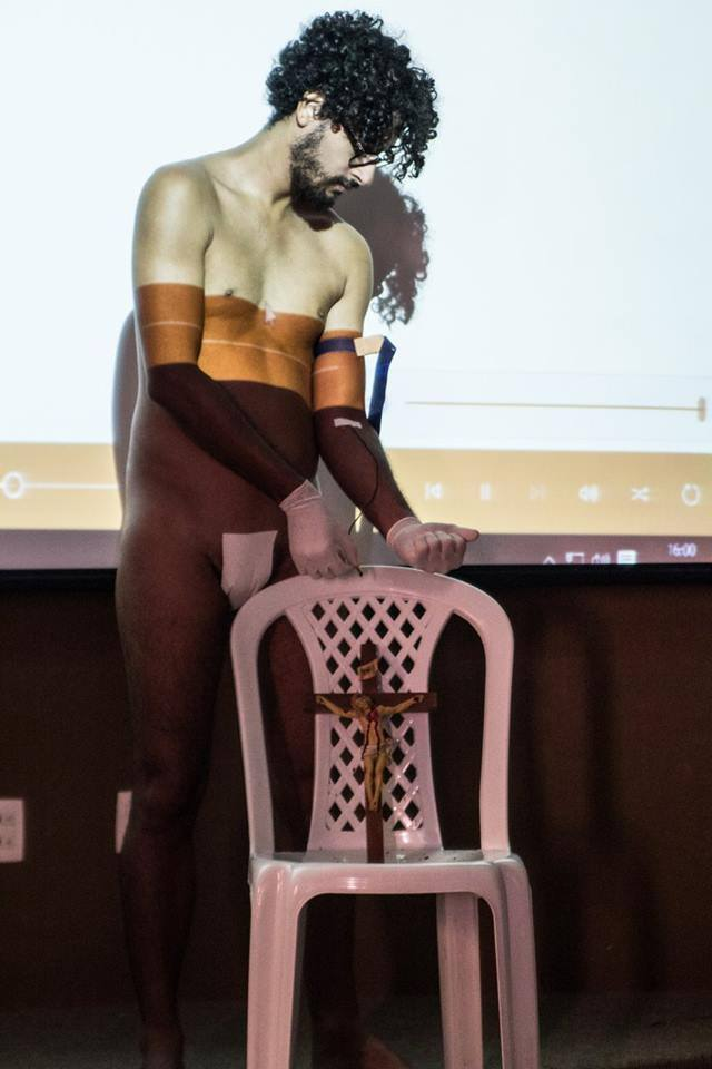 Artista cearense Ari Areia durante apresentação artística na UFC(FOTO: Reprodução)