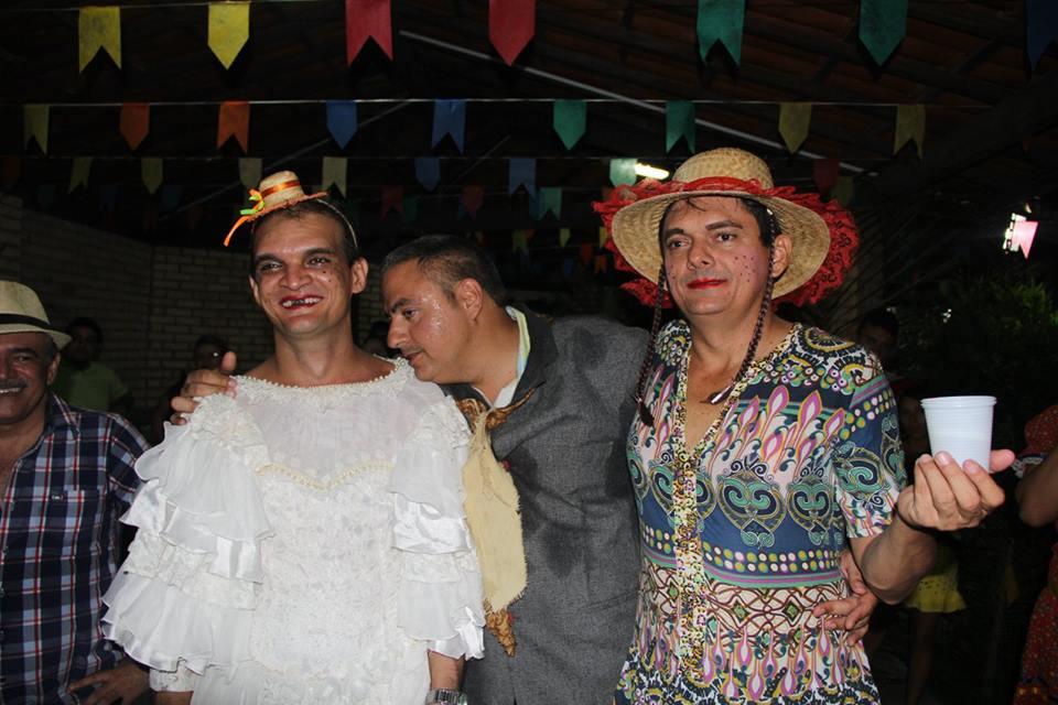 O grupo de amigos dele já é acostumado a se vestir de mulher para se divertir e no São João não seria diferente (FOTO: Arquivo pessoal)