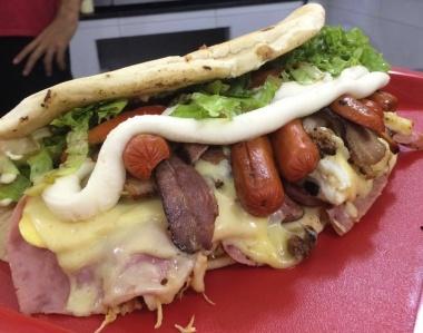 Lanchonete lança desafio: coma sanduíche de 2,5 kg em 1h, e saia sem pagar
