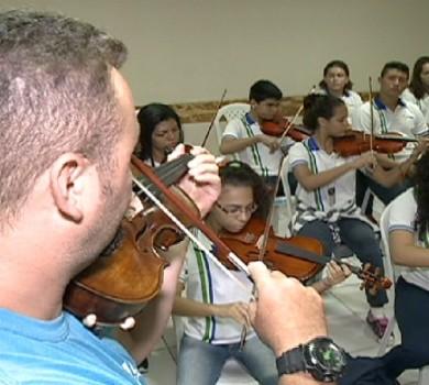 Aula de violino em escola de Fortaleza (FOTO: Reprodução TV Jangadeiro)