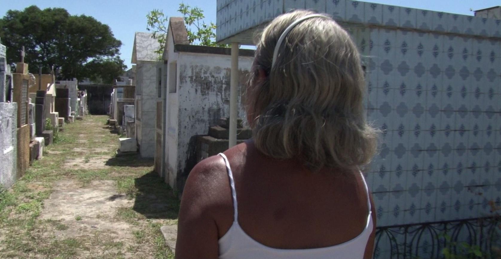 Ela diz que quando não vai ao cemitérios, os mortos vão até à sua casa. (FOTO: reprodução/ TV Jangadeiro)
